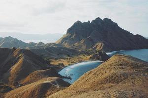 luchtfoto van bergen omgeven door de zee