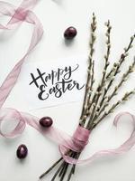 wilgenboeket met Pasen-teken op witte oppervlakte foto