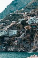 stad op een klif aan zee foto