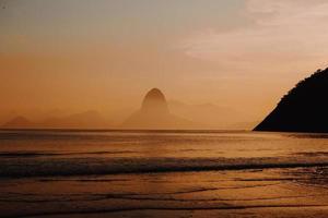 rotsachtige kust in de schemering foto