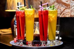 koude kleurrijke cocktails