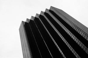 zwart-wit foto van wolkenkrabber