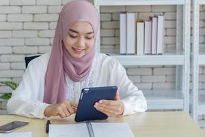moslimvrouw die werkt in een modern kantoor