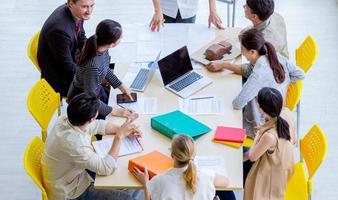 jonge werkende professional in een vergadering foto