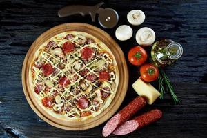 gebakken pizza met ingrediënten foto