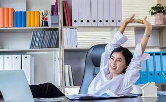 zakenvrouw ontspannen in kantoor foto