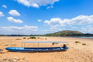 boot geparkeerd op het droge zand foto