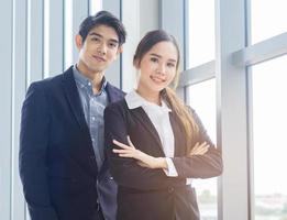 jonge succesvolle mensen uit het bedrijfsleven glimlachen