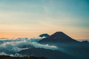 schilderachtig uitzicht op de bergen bij zonsopgang foto