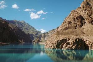 weerspiegeling in het water van attabad meer foto
