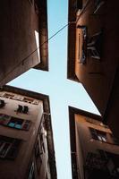 blauwe lucht gezien tussen flatgebouwen foto