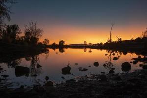 waterlichaam tijdens zonsondergang