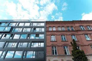 lage hoekfoto van twee aangrenzende appartementsgebouwen foto