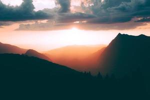 silhouet van bergen foto