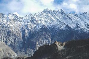 met sneeuw bedekte bergen in karakoram bereik foto