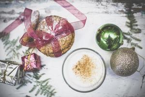 kerst ornamenten en koekjes foto