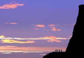 zonsondergang op de steile rotsen van Salisbury in Edinburgh, Schotland foto