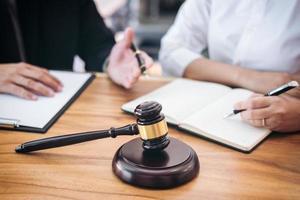 mannelijke advocaat die teamvergadering met cliënt heeft
