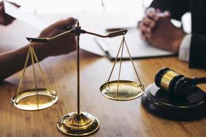 overleg tussen een advocaat en zakenmensen