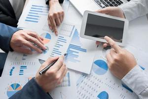 business team handen aan het werk met businessplan