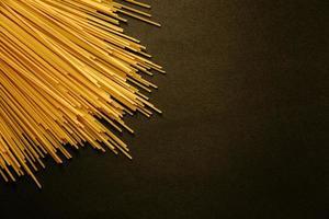 donkere achtergrond met spaghetti in hoek foto