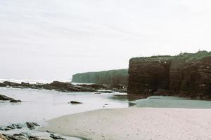 strand, kliffen en water