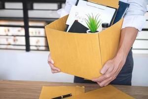 zakenman inpakken van bezittingen foto