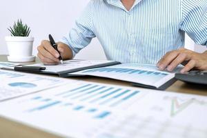 zakelijke accountant bezig met audit foto