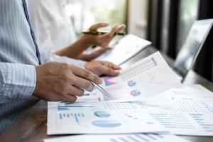 zakelijke accountant die kosten berekent