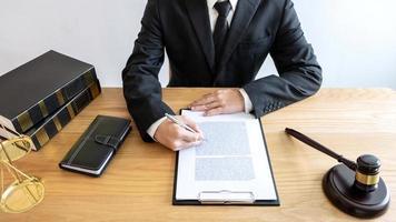 mannelijke advocaat die aan documenten werkt foto