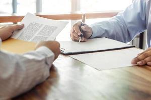 makelaar en klant ondertekening contract