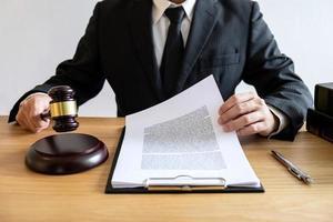 mannelijke counseling-advocaat die aan documenten werkt foto