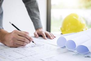 bouwarchitect bezig met blauwdrukinspectie