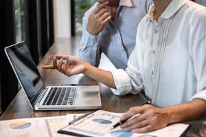 zakenman accountant en secretaris werken samen