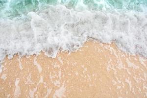 zachte golven op zee foto
