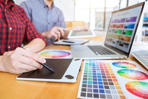 teamwork van jonge creatieve ontwerpers foto