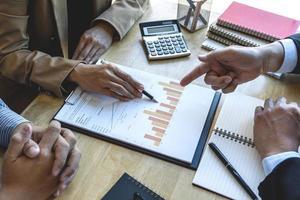 professionele zakenpartners die ideeën bespreken