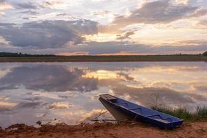 zonsondergang op het meer foto