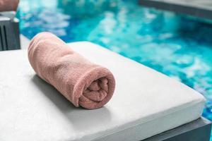 badhanddoek op stoeldecoratie rond zwembad foto