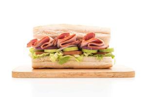 onderzeese sandwich met ham en salade foto