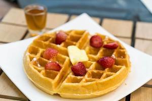 wafel met honing en aardbeien foto