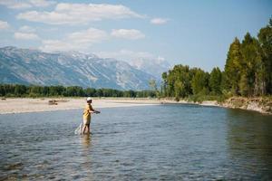man vliegvissen in Wyoming foto