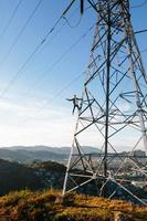 man opknoping van elektrische toren foto
