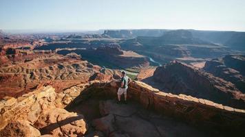 man met uitzicht op grand canyon foto