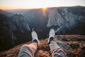 voeten met uitzicht op Yosemite Valley foto