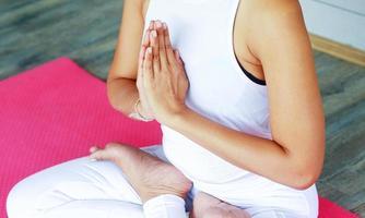 vrouw beoefenen van yoga foto