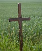 eenvoudig houten kruis foto