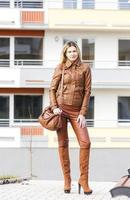 vrouw in de straat foto