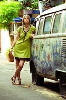 jonge vrouw en oud busje foto