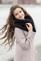 jonge meisjes ontwikkelen haar in de wind. niet geïsoleerd foto